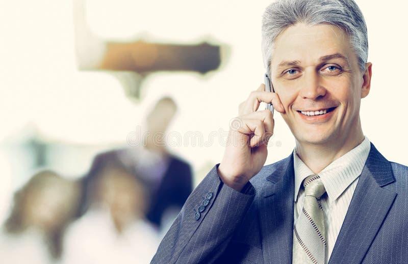 A mulher de negócios adulta que fala no telefone faz um acordo, trabalho da equipe imagens de stock royalty free