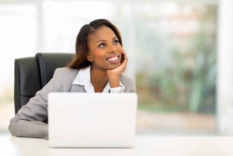 Mulher de negócios africana pensativa foto de stock royalty free