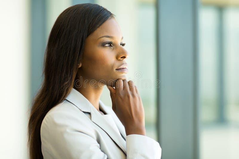 Mulher de negócios africana pensativa fotografia de stock royalty free