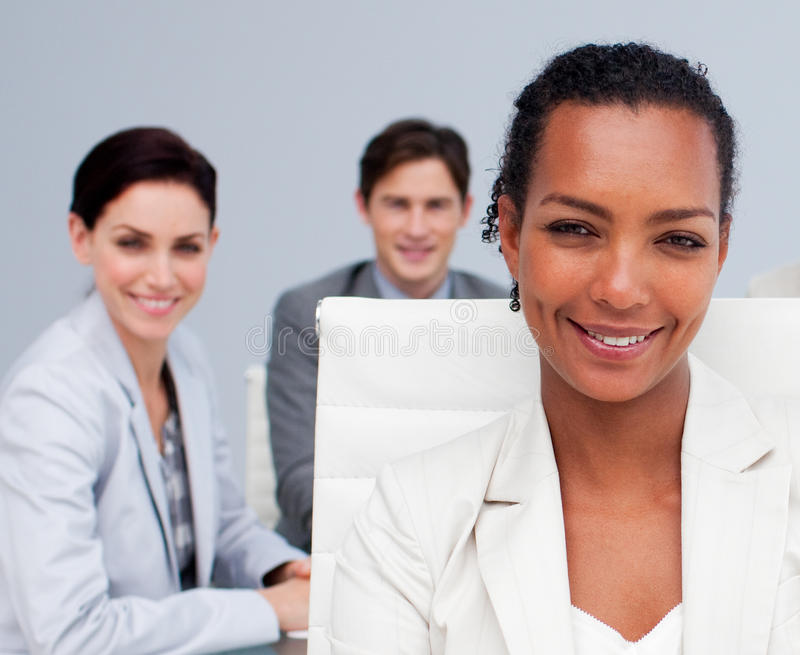 Mulher de negócios afro-americana bonita em uma reunião imagem de stock royalty free