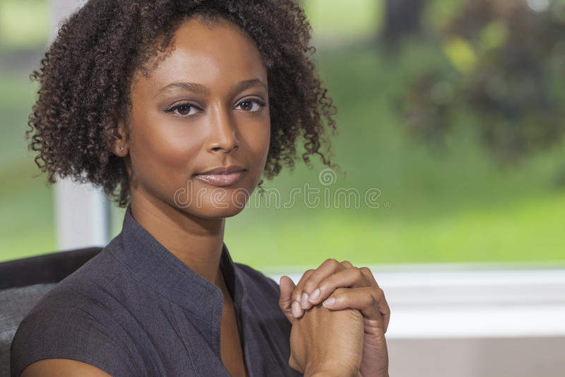 Mulher de negócios afro-americano bonita da mulher da raça misturada fotografia de stock