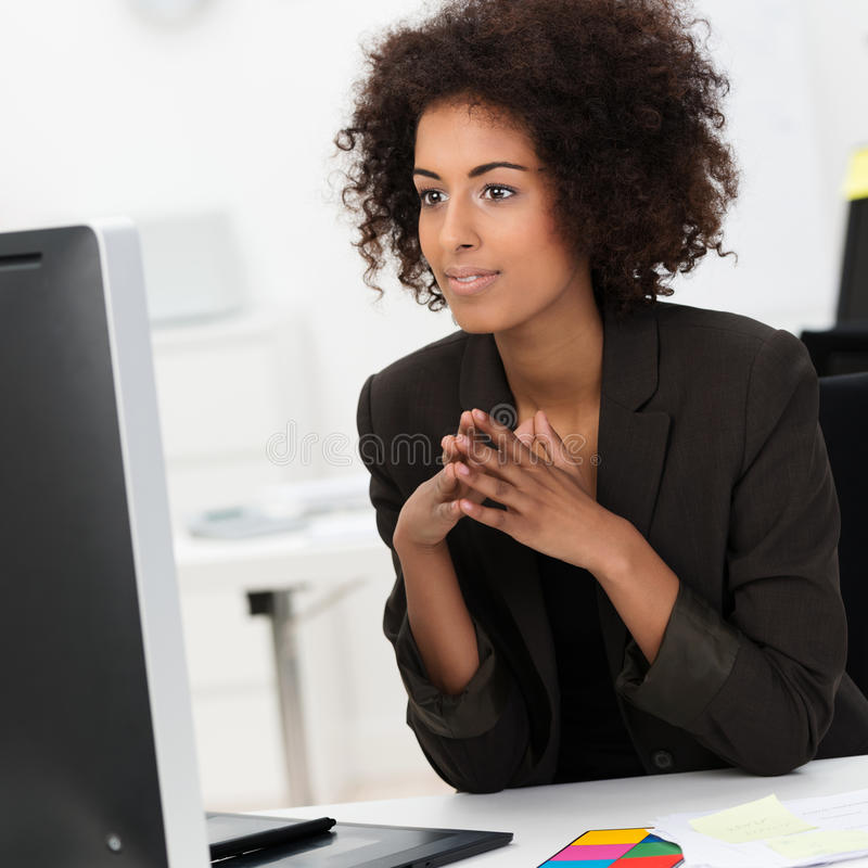 Mulher de negócios afro-americano nova bonita imagem de stock royalty free