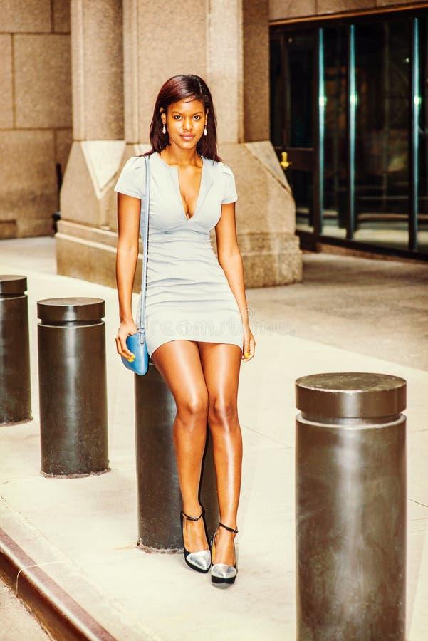 Mulher de negócios afro-americano nova Street Fashion em New York fotografia de stock royalty free