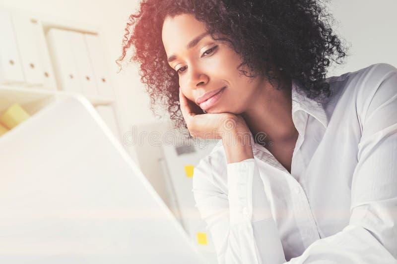 Mulher de negócios afro-americano pensativa fotografia de stock royalty free