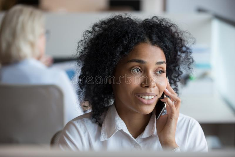 Mulher de negócios afro-americano que fala no telefone no local de trabalho imagens de stock royalty free