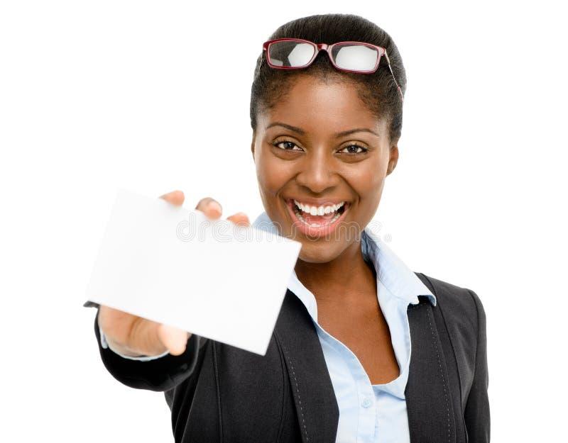 Mulher de negócios afro-americano que mantem o cartão branco isolado foto de stock