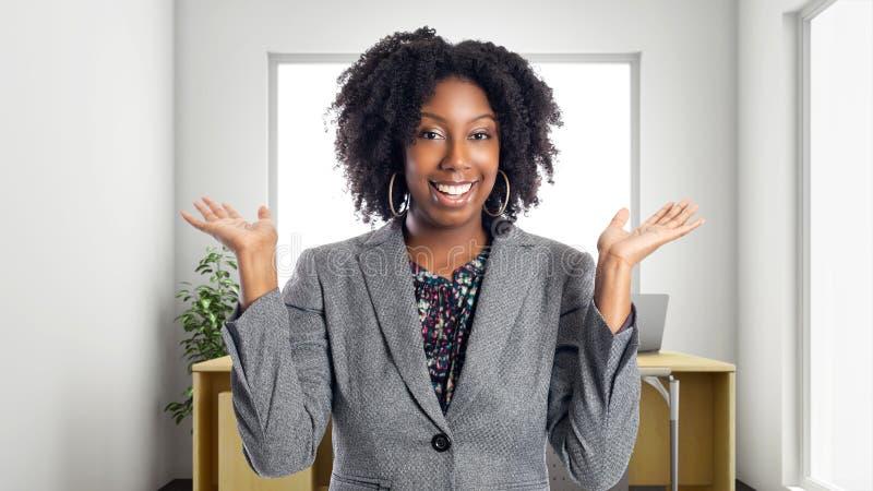 Mulher de negócios afro-americano In um escritório que olha surpreendido imagem de stock royalty free