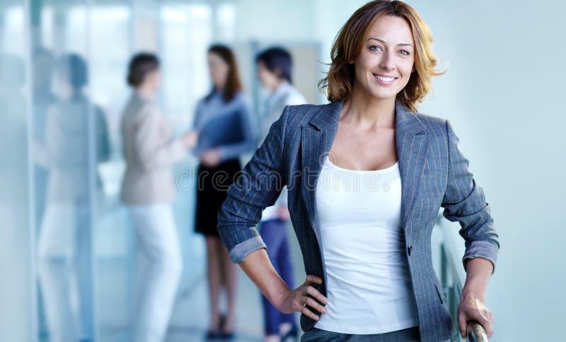 Mulher de negócios alegre fotografia de stock royalty free