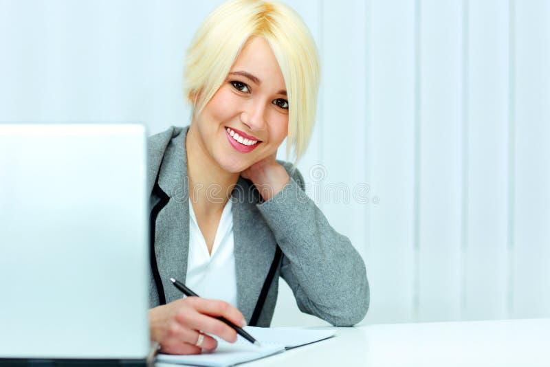 Mulher de negócios alegre que assina o original imagem de stock