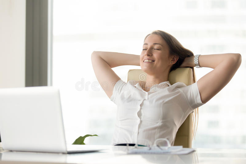 Mulher de negócios alegre que sonha no local de trabalho imagens de stock royalty free