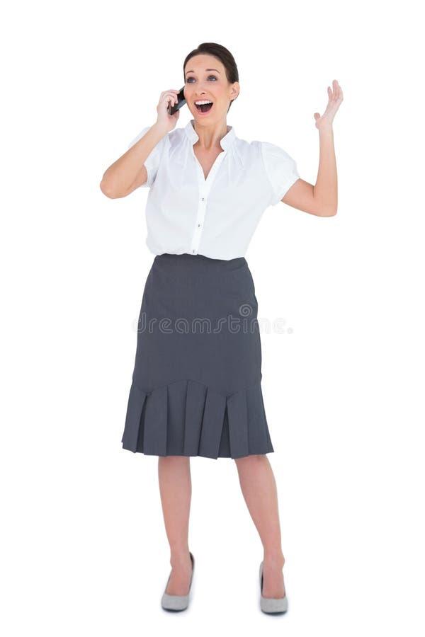 Mulher de negócios alegre que tem um telefonema imagem de stock royalty free
