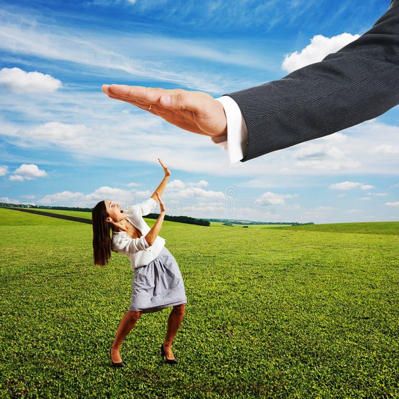 Mulher de negócios amedrontada e palma grande fotografia de stock