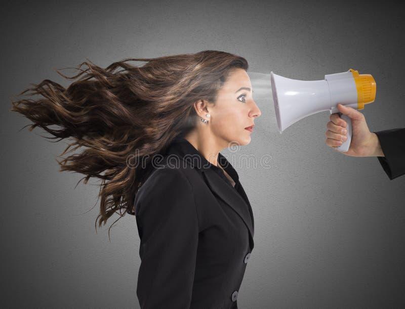 Mulher de negócios amedrontada pela acusação fotos de stock