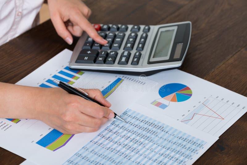 Mulher de negócios Analyzing Financial Report com calculadora foto de stock royalty free