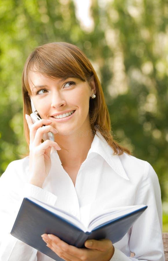 Mulher de negócios ao ar livre fotografia de stock