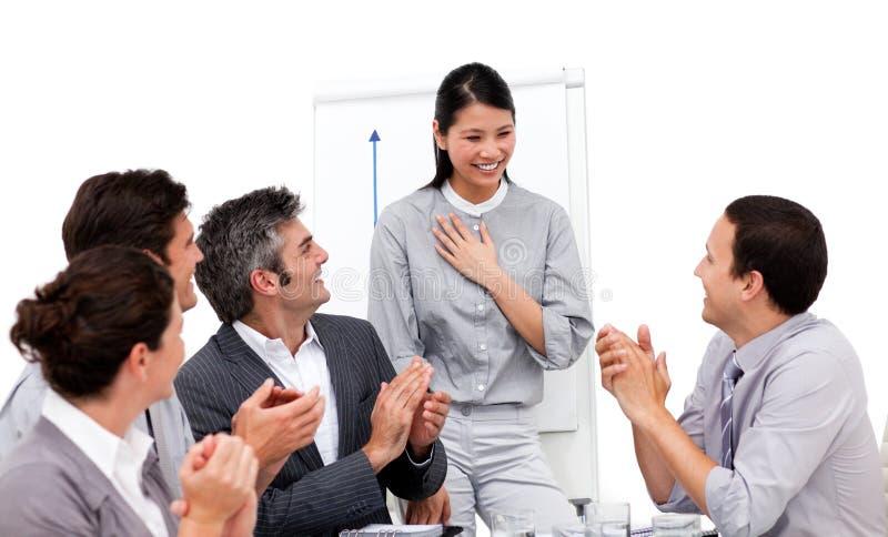 Mulher de negócios aplaudida para sua apresentação imagens de stock royalty free