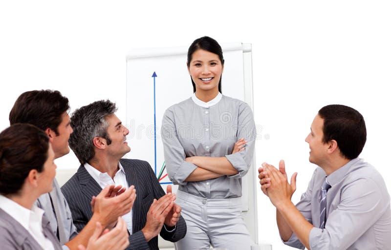 Mulher de negócios aplaudida para sua apresentação imagem de stock