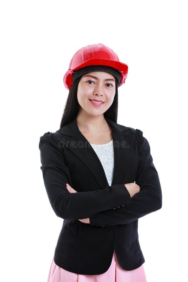 Mulher de negócios asiática alegre que sorri e que veste o capacete vermelho Iso fotografia de stock