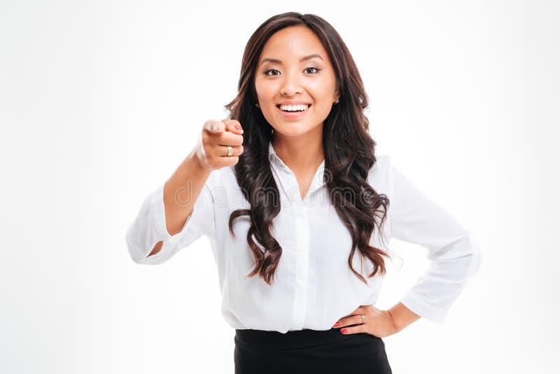 Mulher de negócios asiática bonita de sorriso dos jovens que aponta na câmera fotografia de stock
