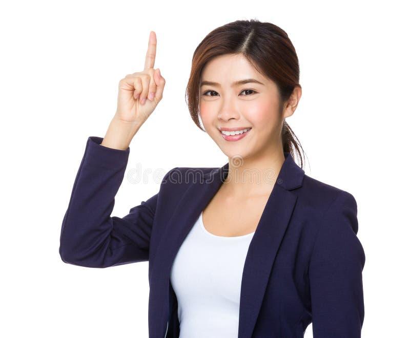 Mulher de negócios asiática com dedo que aponta para cima foto de stock