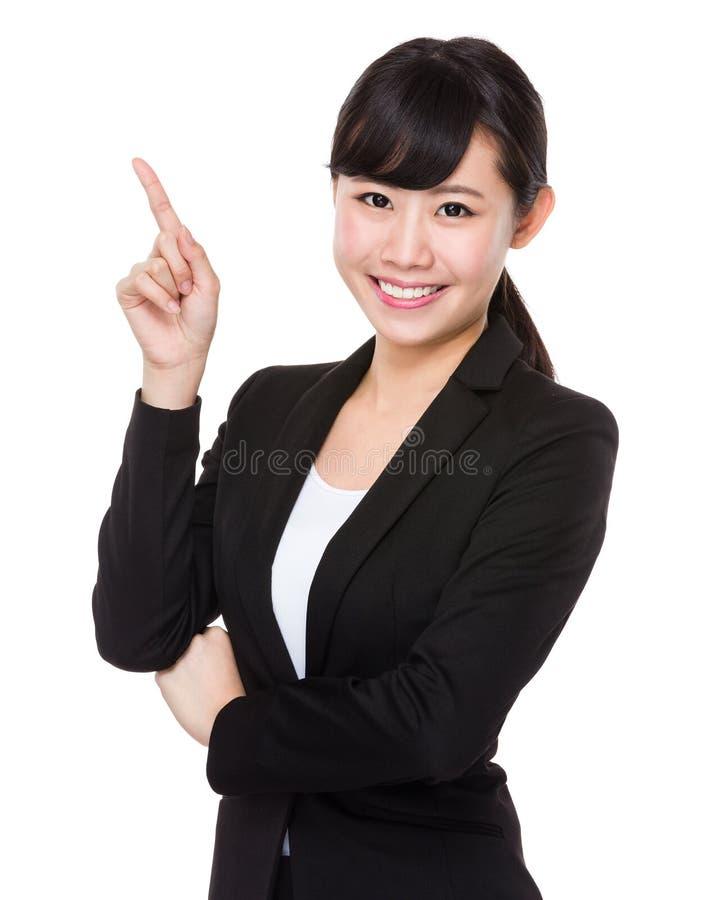Mulher de negócios asiática com ponto do dedo acima foto de stock