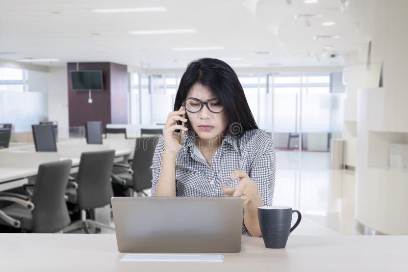 Mulher de negócios asiática com portátil danificado fotos de stock royalty free
