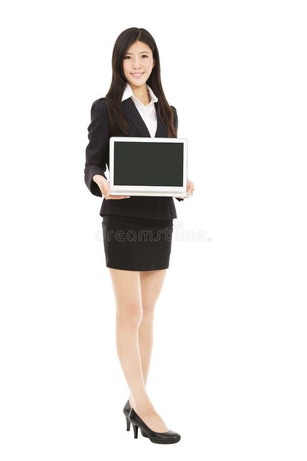 Mulher de negócios asiática que mantem o portátil isolado no branco fotos de stock royalty free
