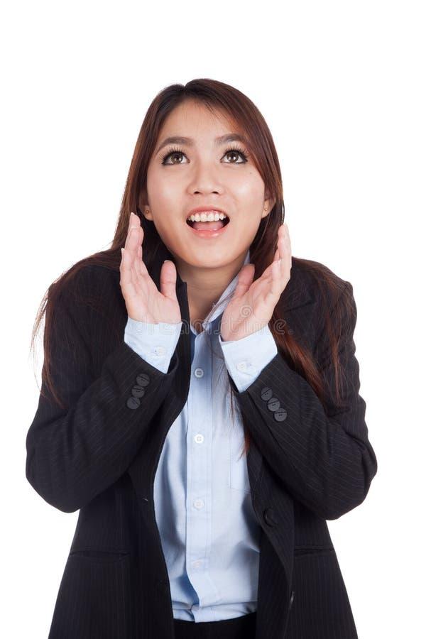 Mulher de negócios asiática nova chocada e sorriso imagem de stock