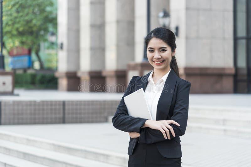 Mulher de negócios asiática nova da confiança do retrato considerável Ele feliz e sorriso foto de stock royalty free