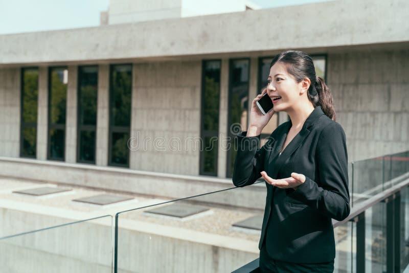Mulher de negócios asiática nova feliz falar fotos de stock