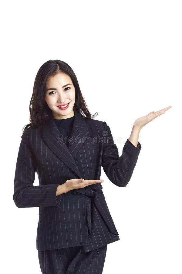 Mulher de negócios asiática nova que faz uma introdução fotografia de stock royalty free