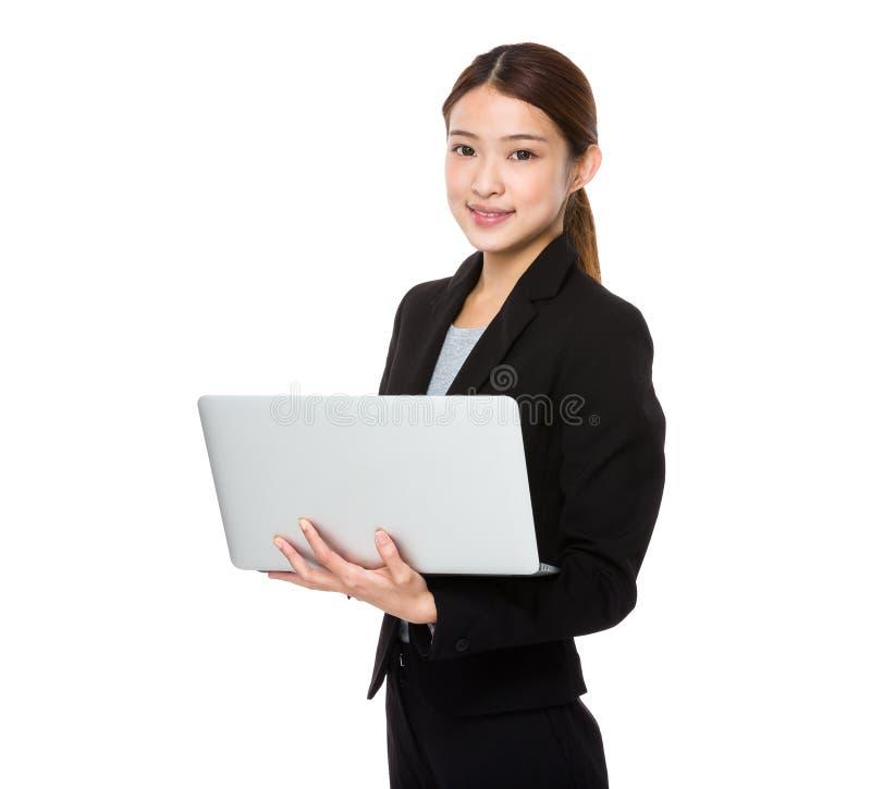 Mulher de negócios asiática nova que usa o laptop fotografia de stock royalty free