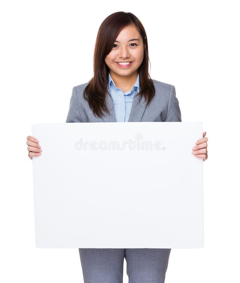 Mulher de negócios asiática que guarda uma bandeira branca imagens de stock