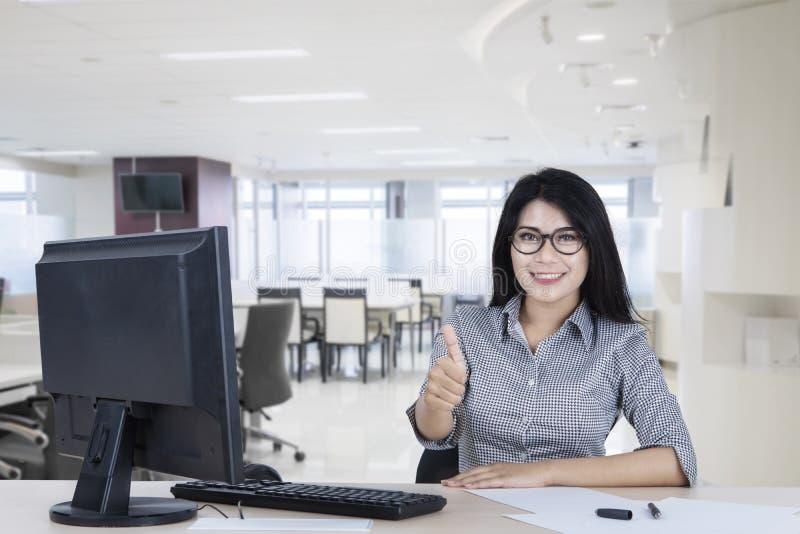 Mulher de negócios asiática que mostra o polegar acima fotos de stock royalty free