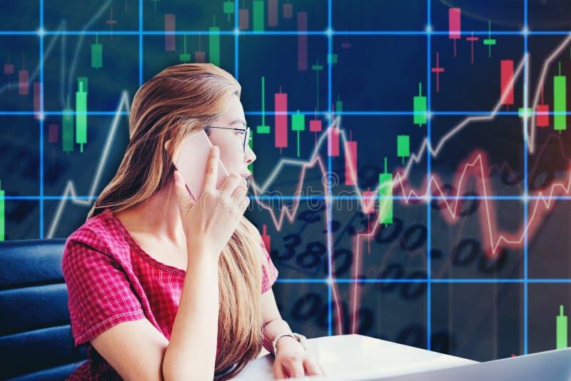Mulher de negócios asiática que senta-se no espaço de funcionamento e que olha o Sto fotos de stock