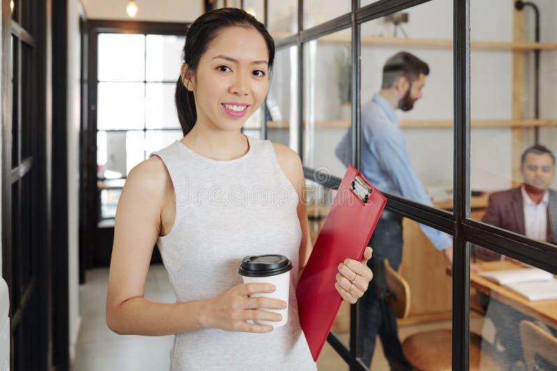 A mulher de negócios asiática vem ao trabalho fotos de stock