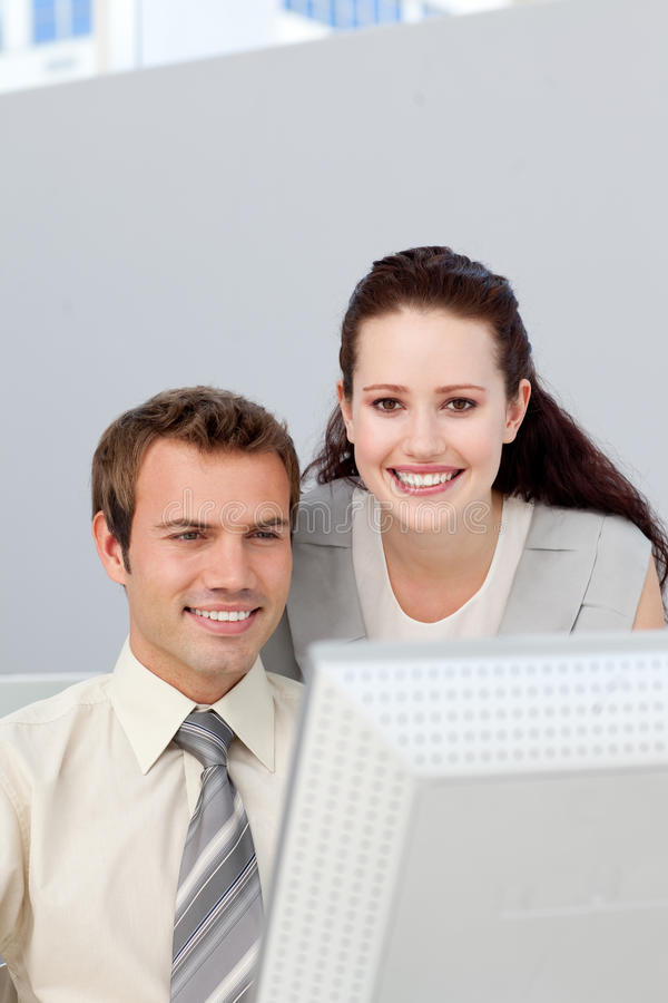 Mulher de negócios assertiva que ajuda seu colega imagens de stock