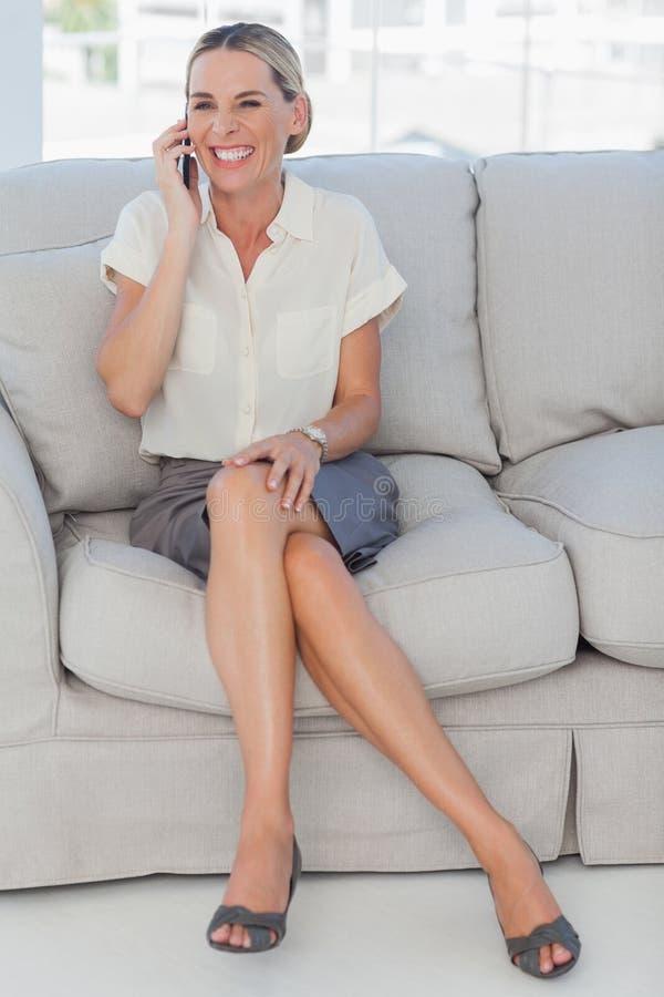 Mulher de negócios atrativa alegre que tem um telefonema fotografia de stock