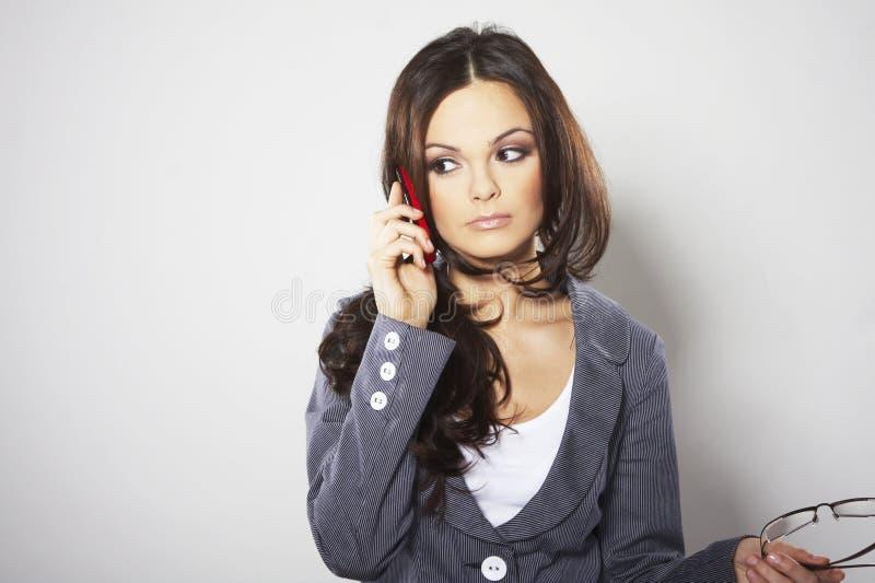 Mulher de negócios atrativa com telefone de pilha fotografia de stock