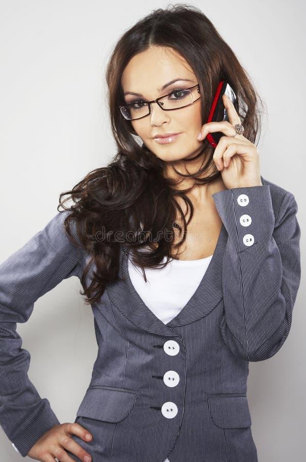 Mulher de negócios atrativa com telefone de pilha imagens de stock