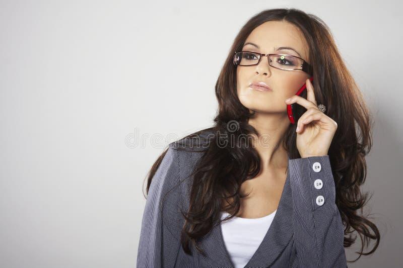 Mulher de negócios atrativa com telefone de pilha imagem de stock royalty free