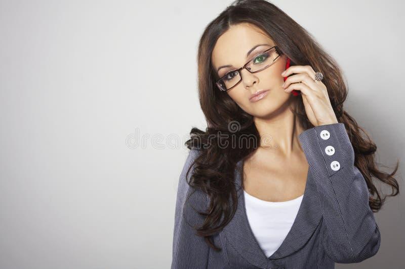 Mulher de negócios atrativa com telefone de pilha imagens de stock royalty free