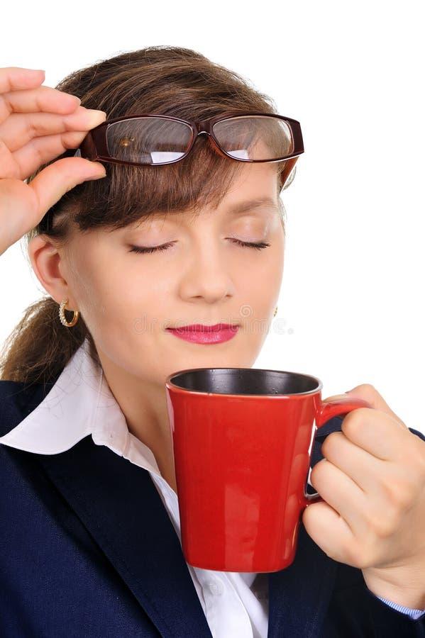 Mulher de negócios atrativa na ruptura do coffe fotografia de stock royalty free