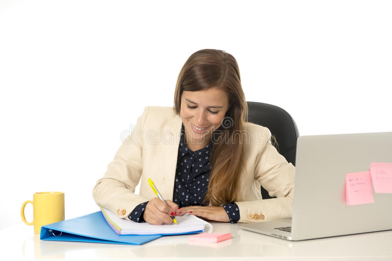 Mulher de negócios atrativa nova do retrato incorporado na cadeira do escritório que trabalha na mesa do laptop imagens de stock