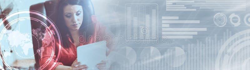 Mulher de negócios atrativa nova que usa uma tabuleta, efeito da luz Bandeira panorâmico ilustração do vetor