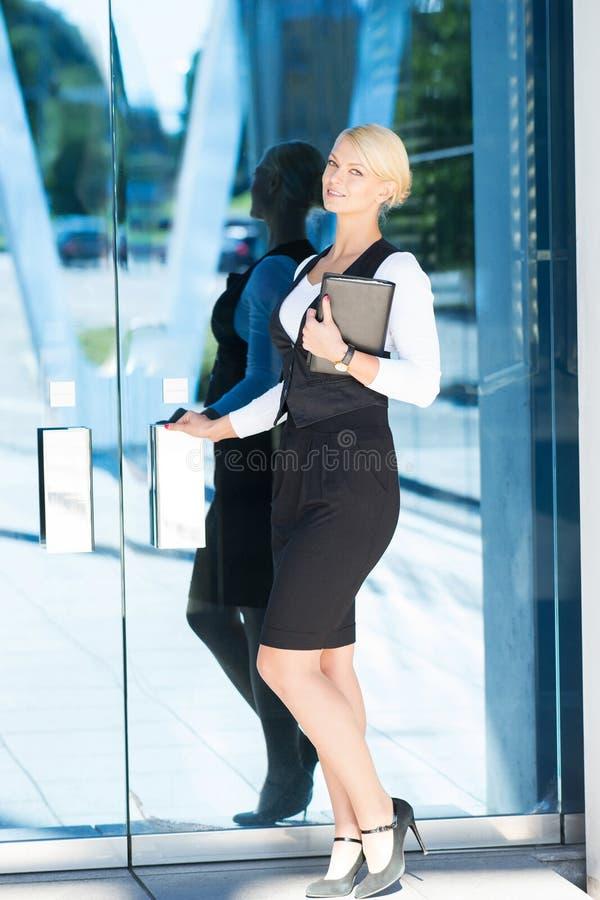 Mulher de negócios atrativa que entra na construção foto de stock royalty free