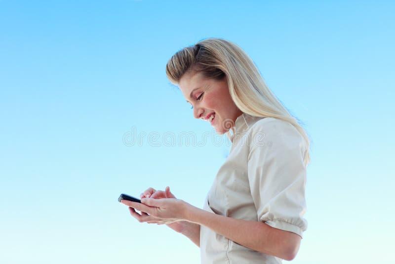 Mulher de negócios atrativa que escreve uma mensagem fotos de stock
