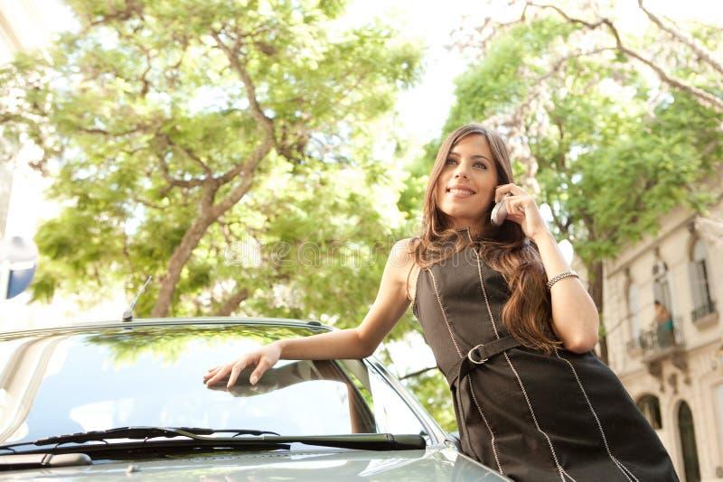 Download Mulher De Negócios Que Inclina-se No Carro Com Smartphone. Imagem de Stock - Imagem de colonial, bonito: 29848895