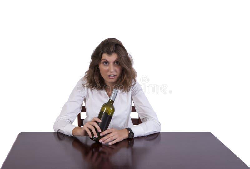Mulher de negócios bêbada no trabalho fotografia de stock