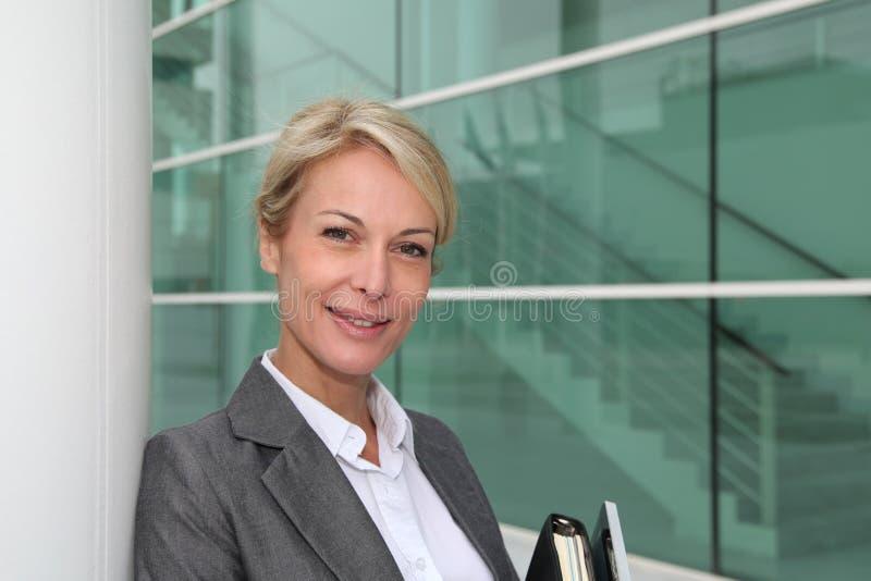 Mulher de negócios bem sucedida com agenda e tabuleta fotografia de stock
